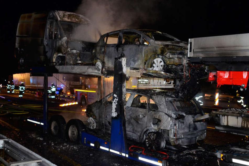 Drei der geladenen Autos sind Opfer des Feuers geworden und nun Totalschäden.