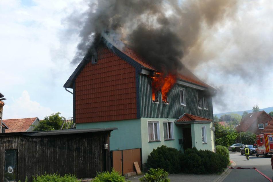 Innerhalb kürzester Zeit breitete sich der Brand auf das komplette Obergeschoss aus.