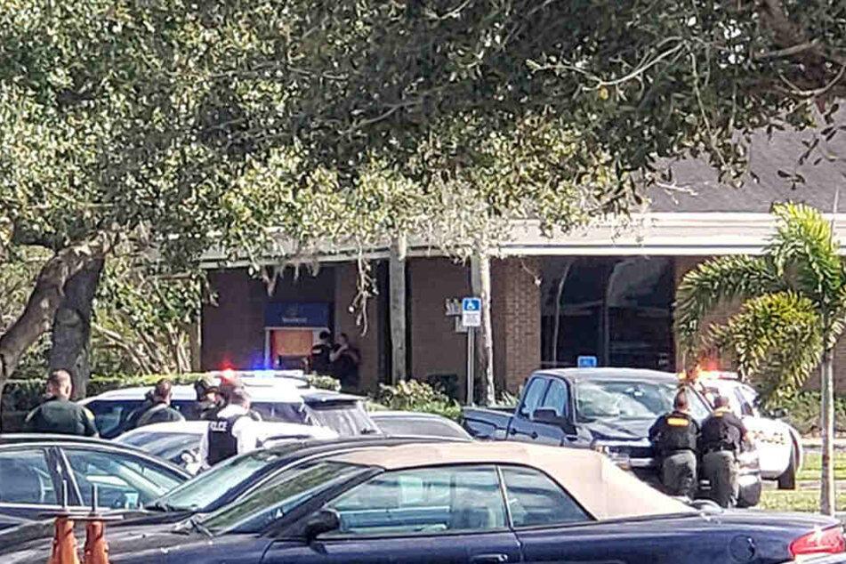 In einer Bank im US-amerikanischen Bundesstaat Florida hat ein Mann mindestens fünf Menschen erschossen.
