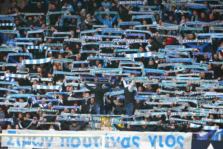 """""""Hurensohn"""": Die CFC-Südkurve """"begrüßte"""" den Würzburger Torschütze Simon Skarlatidis mit einem Banner und Schals in griechischen Buchstaben."""
