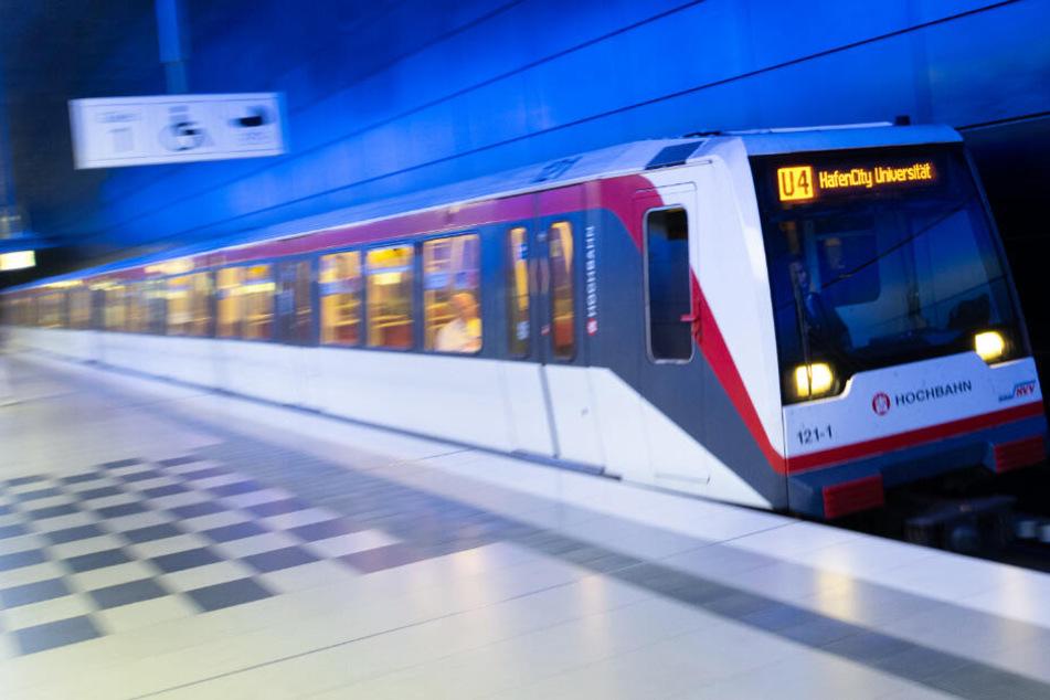 Ein Zug der Linie U4 fährt zur Haltestelle Hafencity Universität. Bald könnte es bis zum Kleinen Grasbrook gehen.