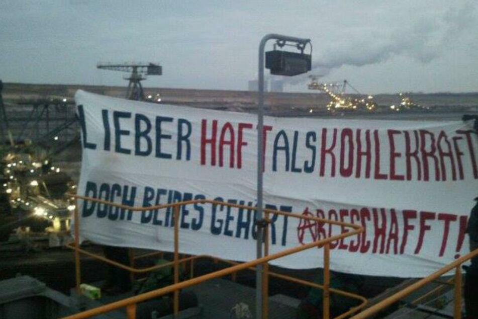 Dieses Banner brachten Umwelt-Aktivisten im vergangenen Februar an einem Kohlebagger nahe Pödelwitz' an.