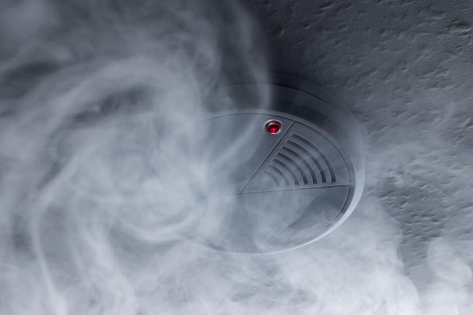 Rauchmelder können starke Rauchentwicklung erkennen und warnen mit lauten Alarmtönen. (Symbolbild)