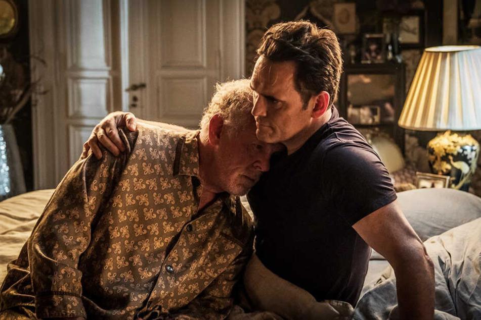 Nick (r., Matt Dillon) spendet seinem Vater Amadeus (Nick Nolte) Trost.