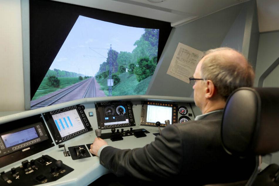Ein Mitarbeiter der Bahn trainiert im Zugsimulator.