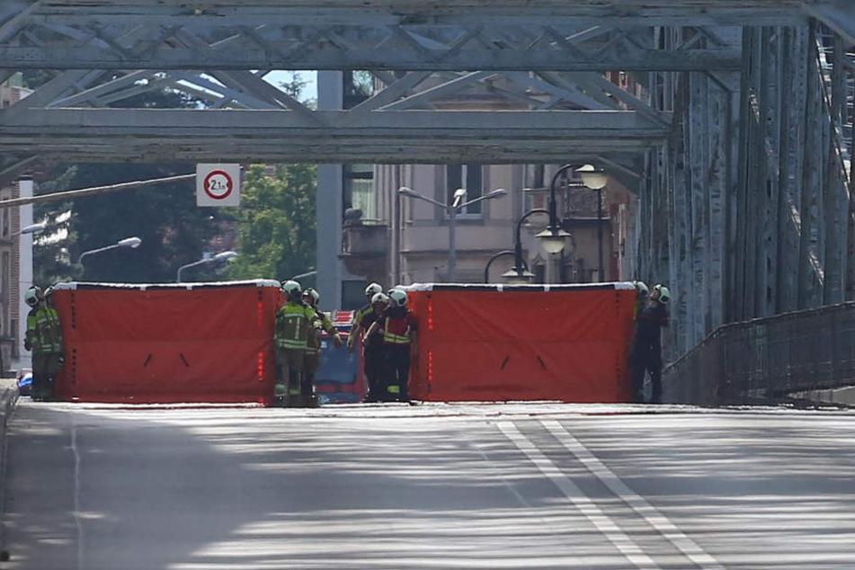 Die Feuerwehr hatte Sprungkissen auf der Brücke platziert.