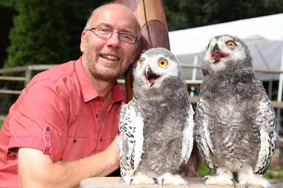 Tierpark-Chef Heiko Drechsler (54) mit seinen zahmen Zöglingen Harry und Hermine.
