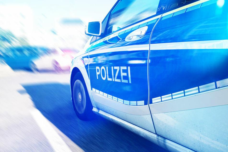 Die Polizei verfolgte am Mittwochabend im Landkreis Hildburghausen einen Raser. Ein Beamter schoss sogar auf die Reifen des VW. (Symbolbild)