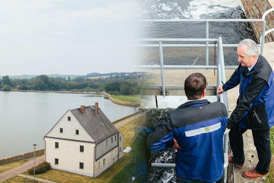 Umweltminister Thomas Schmidt (58, CDU, l.) lässt sich von Mitarbeitern der Landestalsperrenverwaltung ein Einlaufbauwerk am Oberen Großhartmannsdorfer Teich erklären.