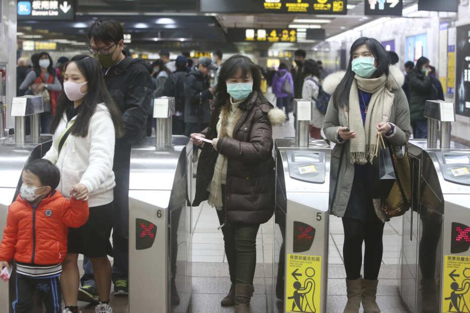 Fahrgäste in einer U-Bahnstation tragen Mundschutz. (Archivbild)