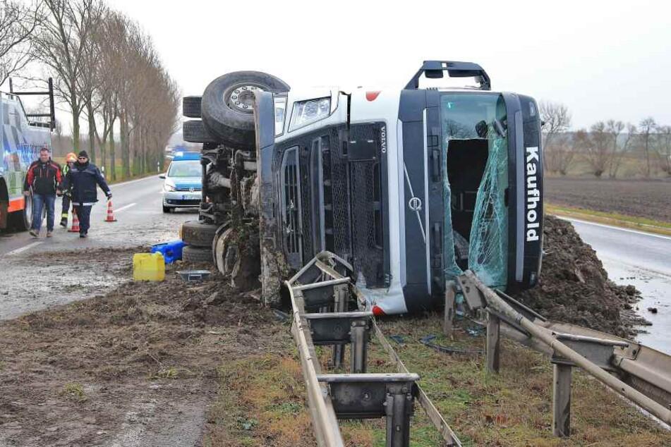 Beim seitlichen Umkippen verlor der Lkw mehrere Tonnen Erde, die sich auf den Straßen ausbreiteten.