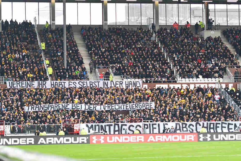Die Fans beider Lager protestierten auch in Hamburg gegen die Zerstückelung der Spieltage, stellten eine Halbzeit ihre lautstarke Unterstützung komplett ein.