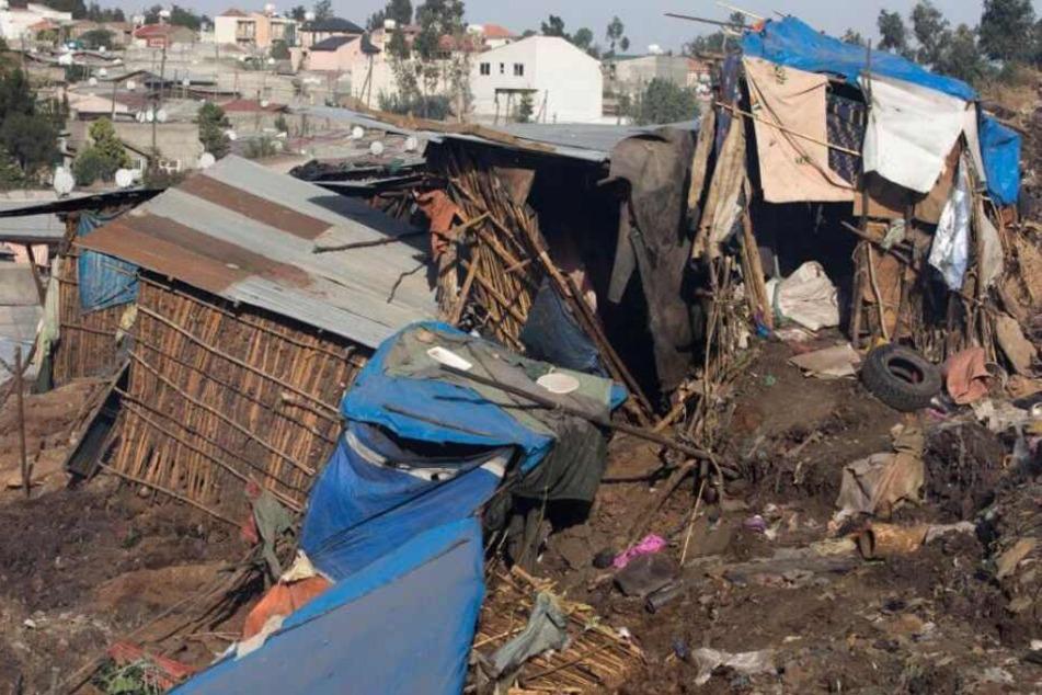 Bei dem Erdrutsch am Sonntag wurden Hütten zerstört. Mindestens 22 Menschen starben.
