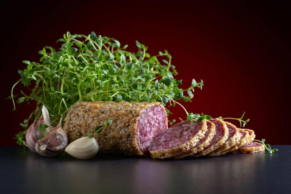 Würzig, scharf und einfach lecker: Knoblauchwurst findet man in jedem Supermarkt. (Symbolbild)