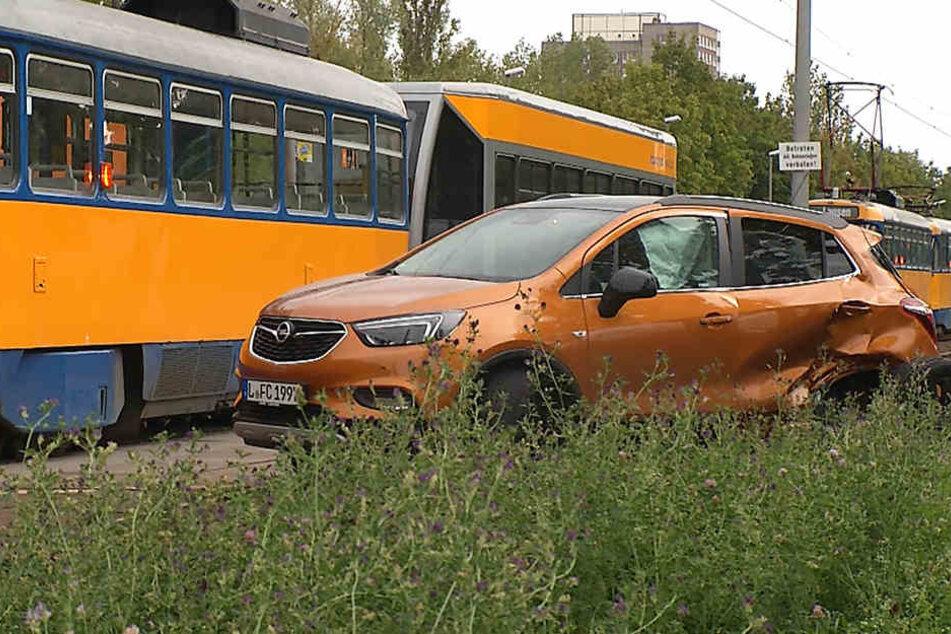 Opel kracht mit Tram zusammen: Zwei Verletzte