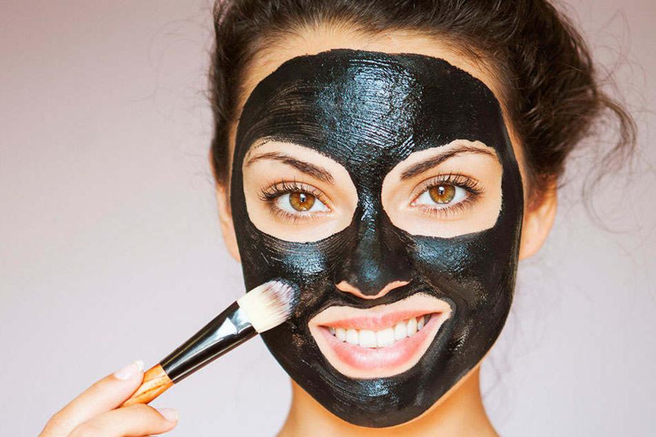 Die schwarzen Masken erobern gerade die Kosmetikwelt. Doch sie sind genauso ungesund, wie sie aussehen.