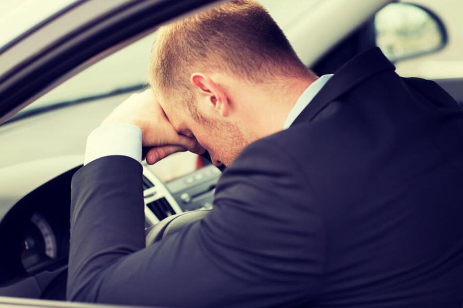 Schwer verletzt nach Sekundenschlaf: Autofahrer rast ungebremst in Leitplanke