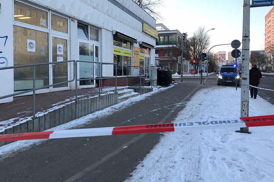 Bei einem Einsatz in Neubrandenburg traf ein Polizist einen Einbrecher tödlich mit einer Kugel aus seiner Dienstwaffe.