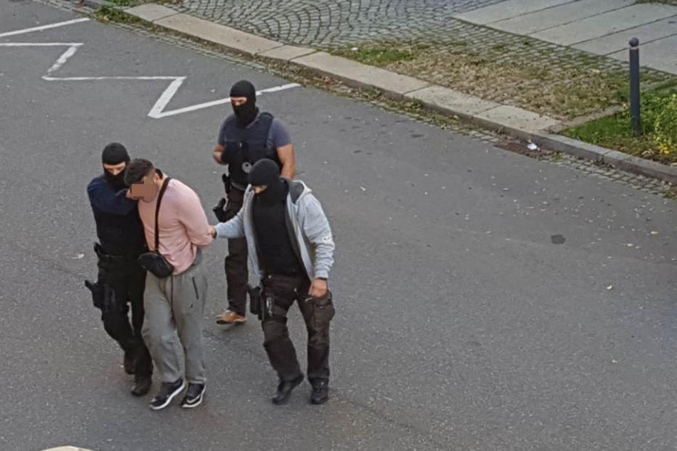 Zivilfahnder nahmen den Verdächtigen fest.