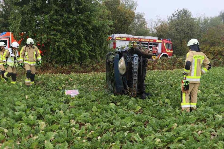 Am Ende konnte die Fahrerin leicht verletzt von Zeugen des Unfalls geborgen werden.