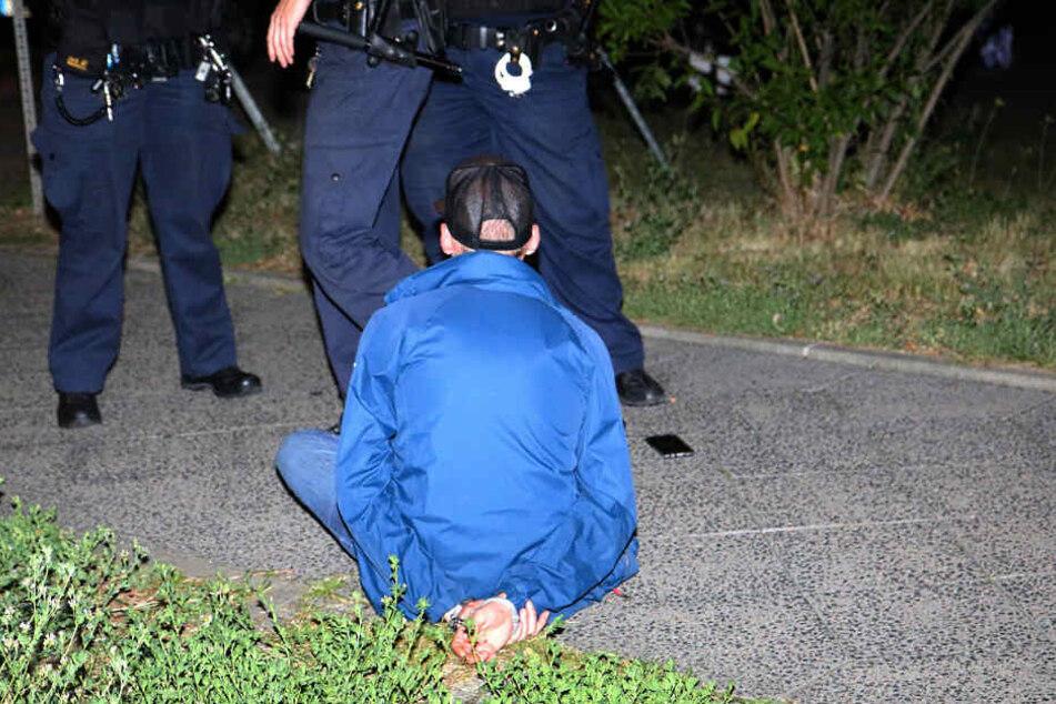 Der mutmaßliche Schütze konnte dann an einer Baustelle in der Rhinstraße von Zivilbeamten überwältigt und festgenommen werden.