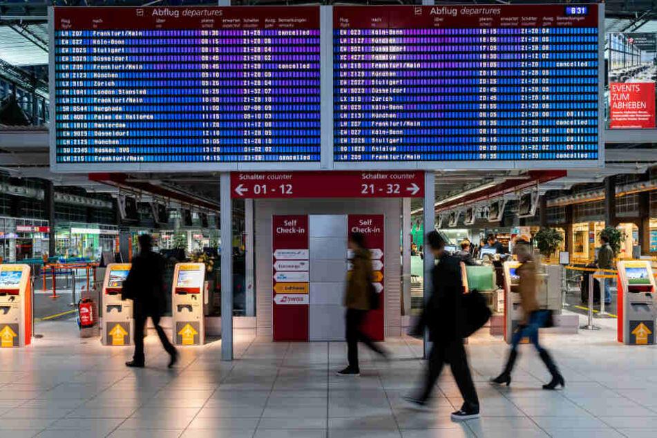 Die Anzeigetafel macht klar: Am Donnerstag fallen zahlreiche Verbindungen von und nach Frankfurt aus. Am Freitag auch eine Verbindung von und nach München.