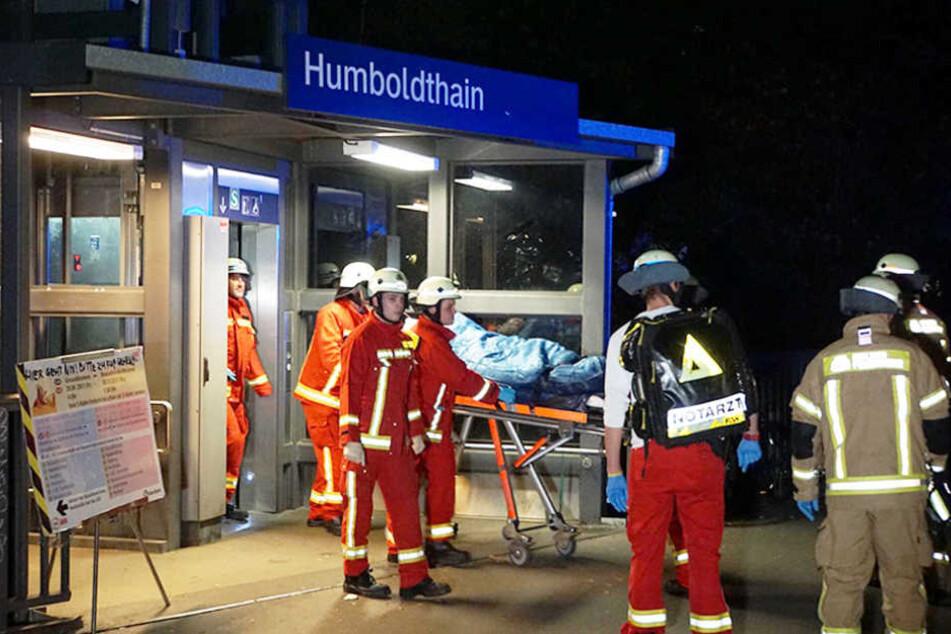 Rettungskräfte und ein Notarzt stabilisierten den Mann und brachten ihn umgehend in ein Krankenhaus.