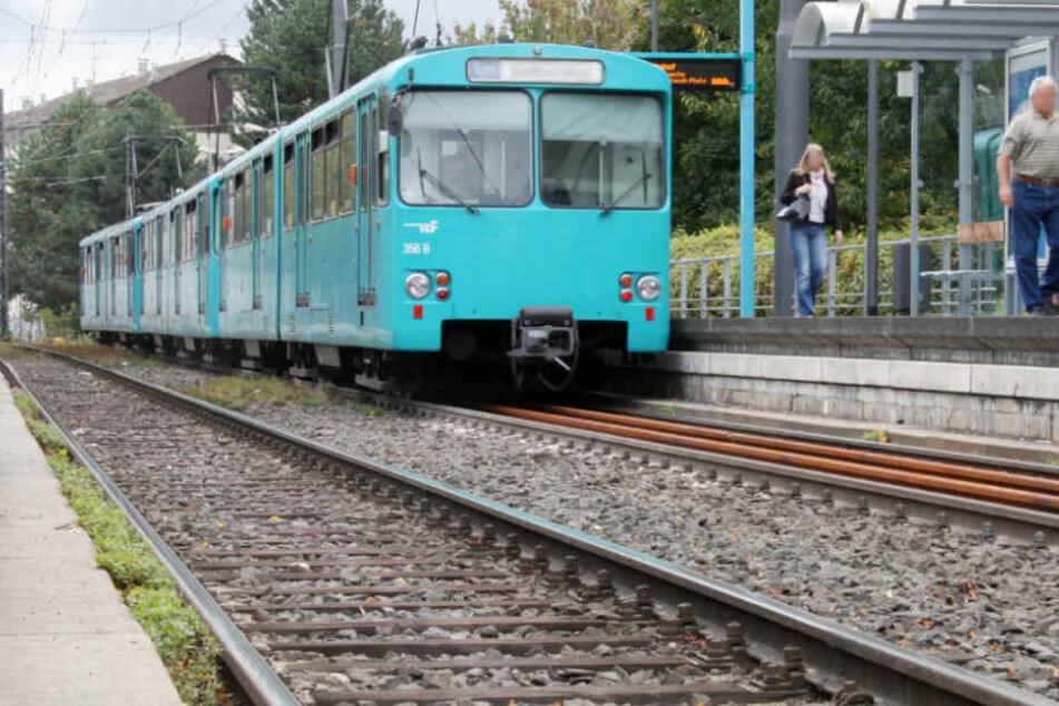 Schrecksekunden: Auto stößt mit U-Bahn zusammen