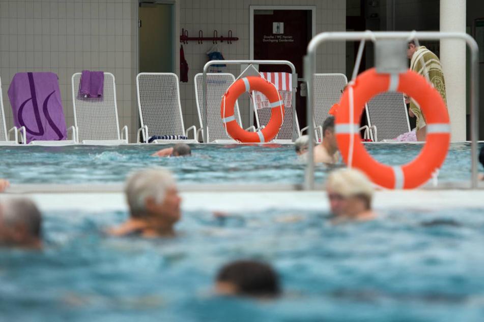 Ein Rentner ertrank im Schwimmbad. (Symbolbild)