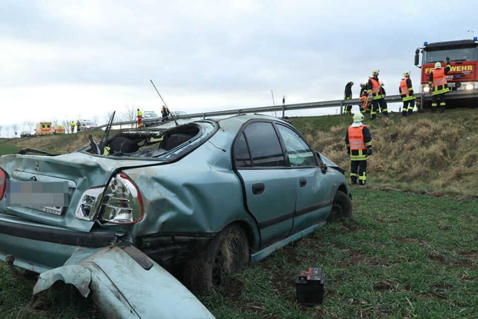 Der Wagen überschlug sich und stürzte eine Böschung hinunter.