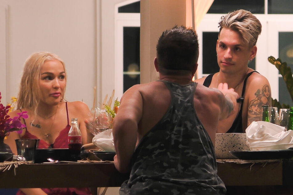 """Prinz Marcus, mittlerweile besoffen, nennt Schwule wie Katy Bähm (28, r.) """"nicht normal"""" und rät der Drag-Queen, fortan nur noch Frauen zu """"f*cken""""."""