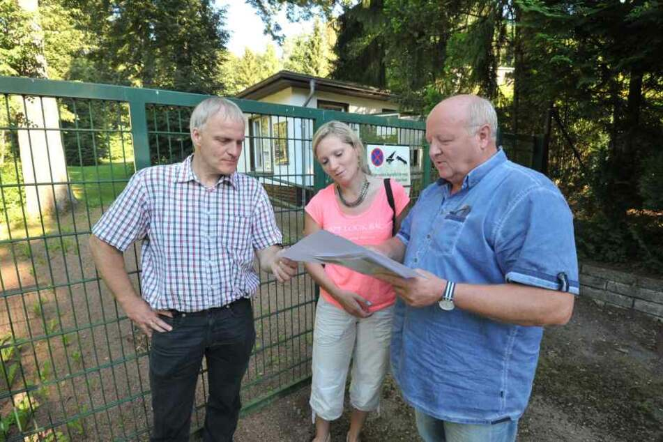 Die Stadträte Bernhard Herrmann (50, l.) und Peggy Schellenberger (40) trafen sich gestern mit Stephan Franke (63).