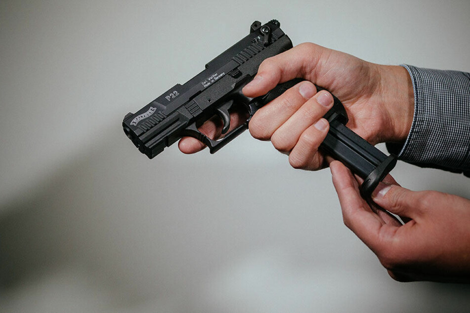 Der 16-jährige Jugendliche gab vor einer Mitschülerin mit einer Waffe in einer Schule an. (Symbolbild)