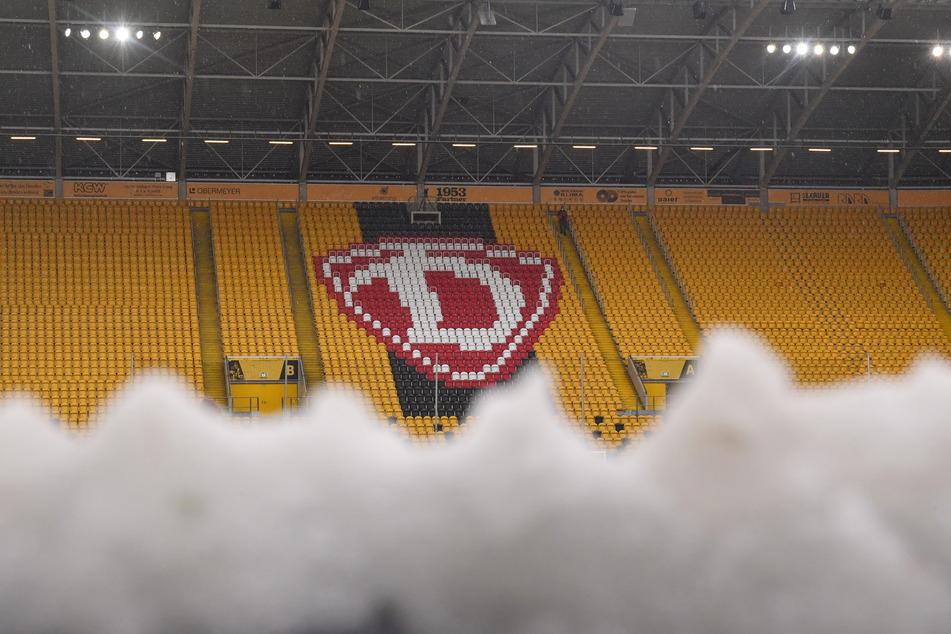 Schnee im Rudolf-Harbig-Stadion! Aufgrund des stundenlangen Schneeregens fiel die Partie gegen die kleinen Bayern buchstäblich ins Wasser.