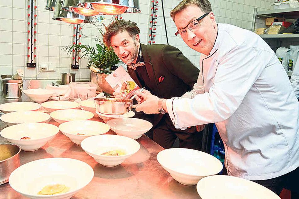 """Mario Pattis (47, r.) und """"Kochsternstunden""""-Veranstalter Clemens Lutz  (45) eröffnen den Lokal-Wettstreit mit einem Galadinner."""