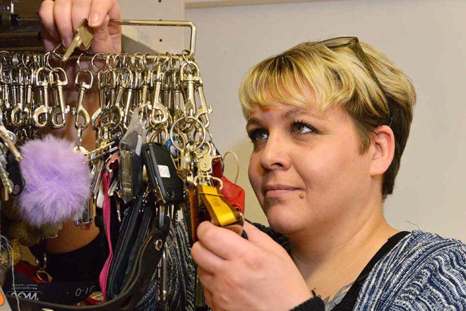 Die Dresdner Fundbüro-Sachbearbeiterin Anja Naujoks (34) ist die Herrin der verbummelten Schätze.