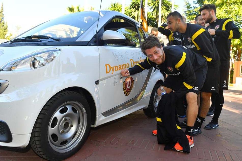 """Alle Dynamo-Kicker - hier Andreas """"Lumpi""""  Lambertz - veredelten den Smart des Fan-Duos mit ihrem Autogramm."""
