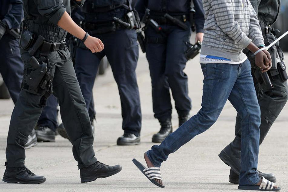 In der Landeserstaufnahmeeinrichtung für Flüchtlinge (LEA) in Ellwangen wird Youssif O. von maskierten Polizisten abgeführt.