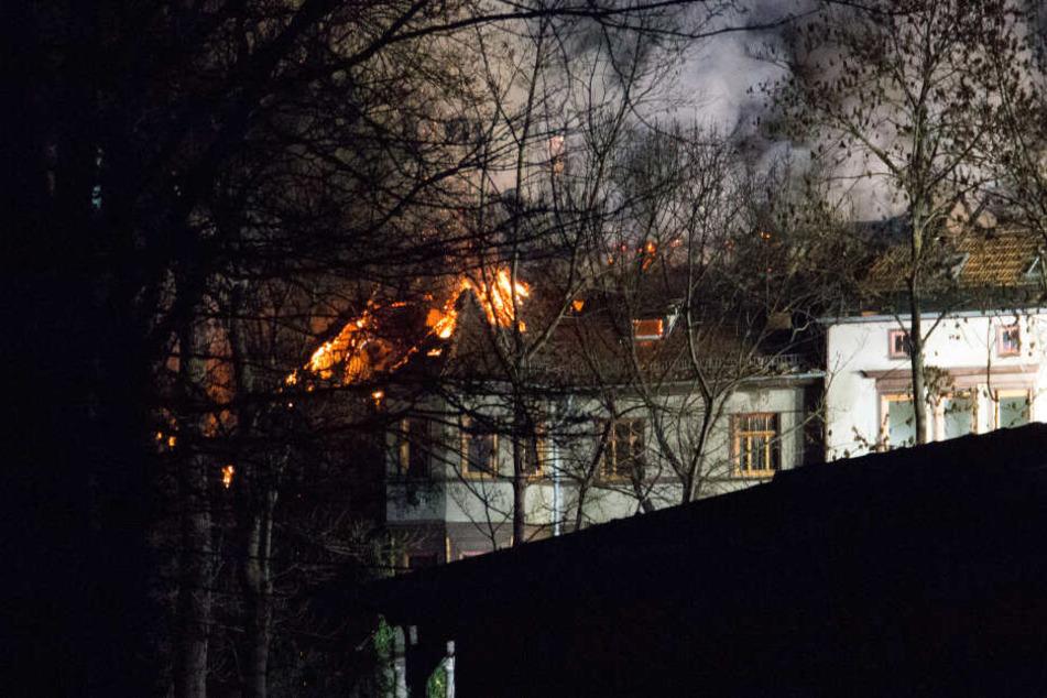 Brandstiftung? Feuerwehr-Großeinsatz in Gotha: Häuser in Flammen