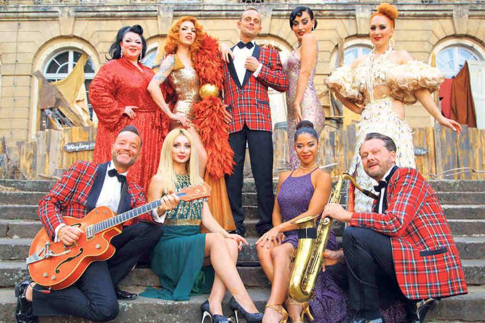 Sechs Burlesque-Künstlerinnen und die Firebirds-Musiker versprechen bis 7. September prickelnde Nächte auf Schloss Übigau.