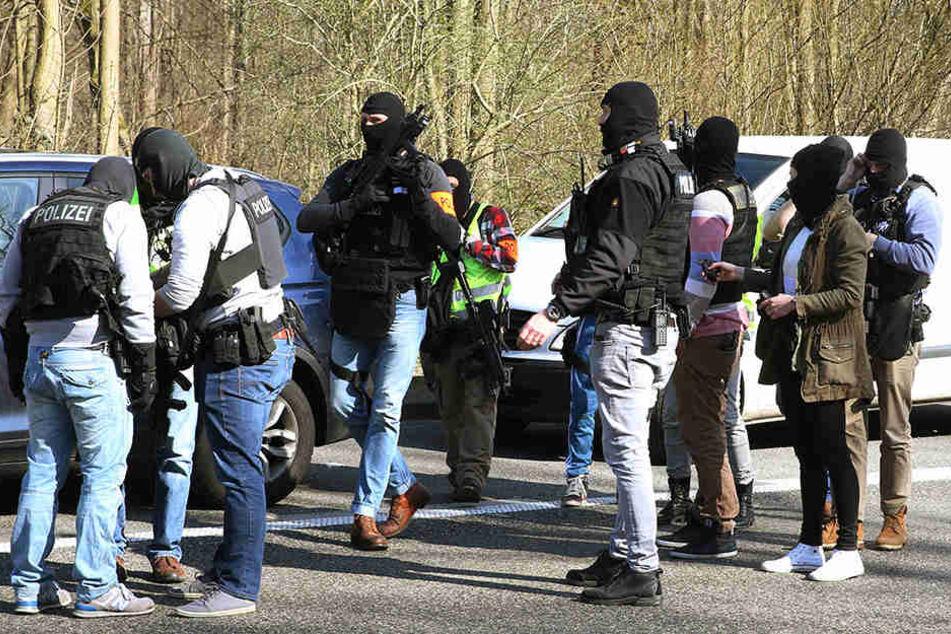 SEK Beamten bereiten sich auf ihren Einsatz im Wald vor.