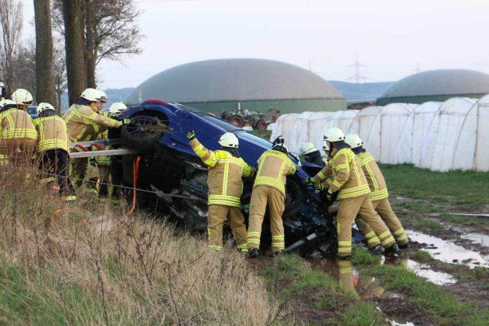 Ein Fahrzeug landete bei dem Unfall im Graben.