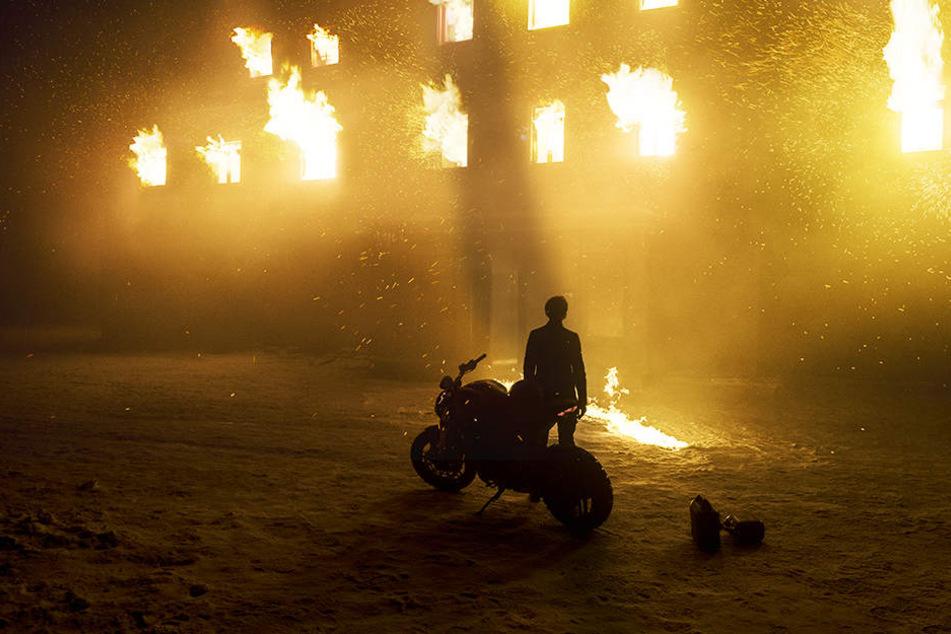Lisbeth Salander (Claire Foy) steht vor ihrem brennenden Zuhause.