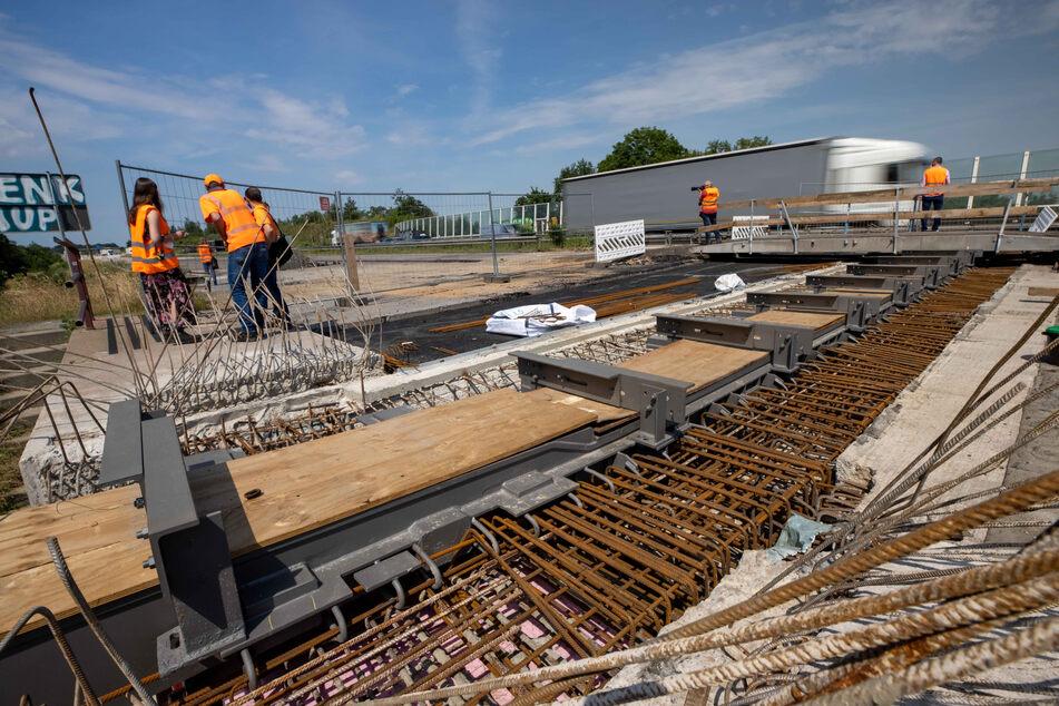22 Jahre nach der Brücken-Einweihung mussten die Stahlkonstruktionen getauscht werden. Sie bilden den Übergang zur Brücke.