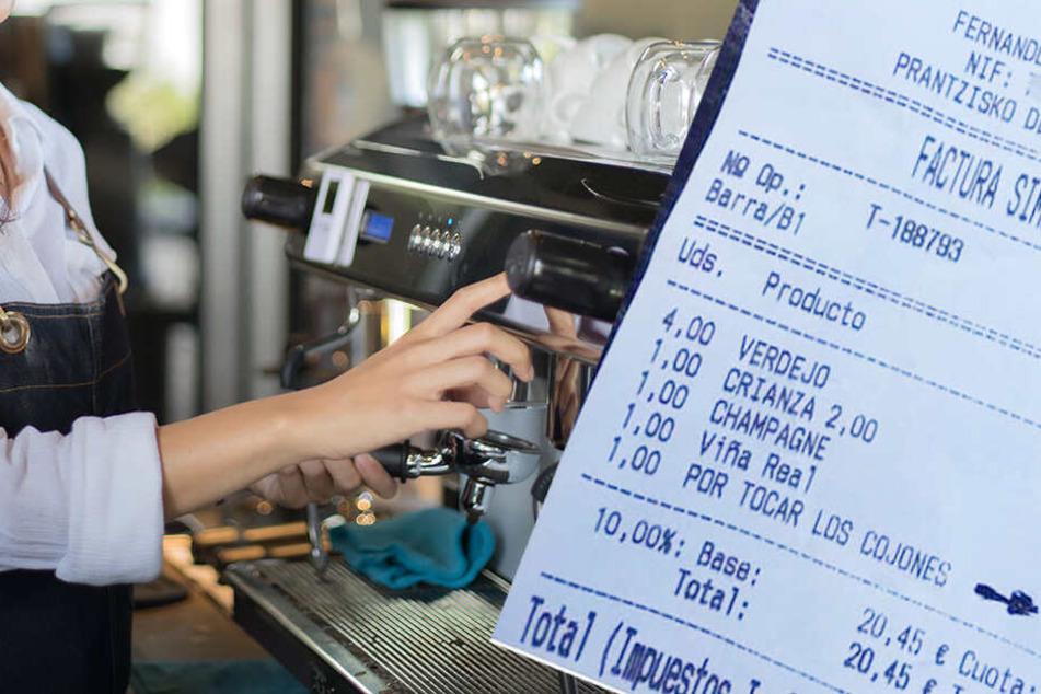 """Kellnerin greift hart durch und berechnet Gast 10 Euro mehr fürs """"Auf die Eier gehen"""""""
