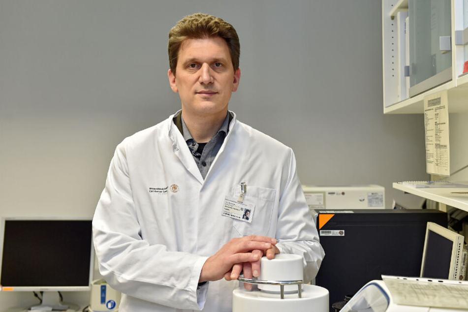 Hält aktuell insgesamt 14 Isolations-Betten vor: Prof. Dr. Alexander Dalpke (48) von der Uniklinik Dresden.