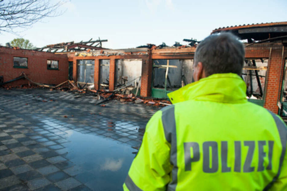 Bei einem Großbrand wurde die Grundschule komplett zerstört.