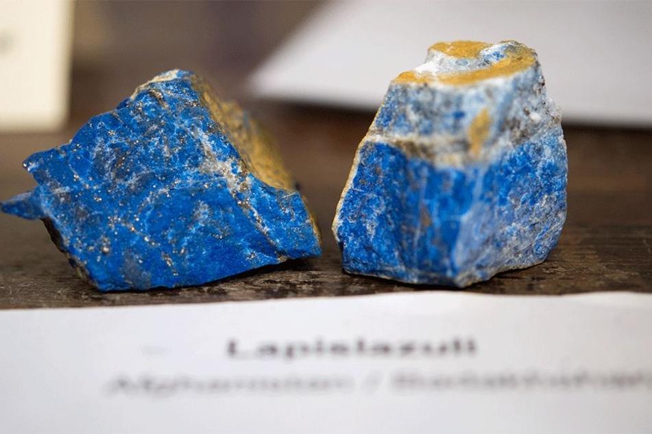 Afgahnische Lapislazuli-Gesteine liefern ein sattes Blau.
