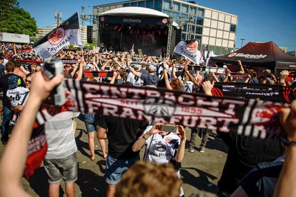 Die Eintracht-Fans sammeln sich auf dem Alexanderplatz.