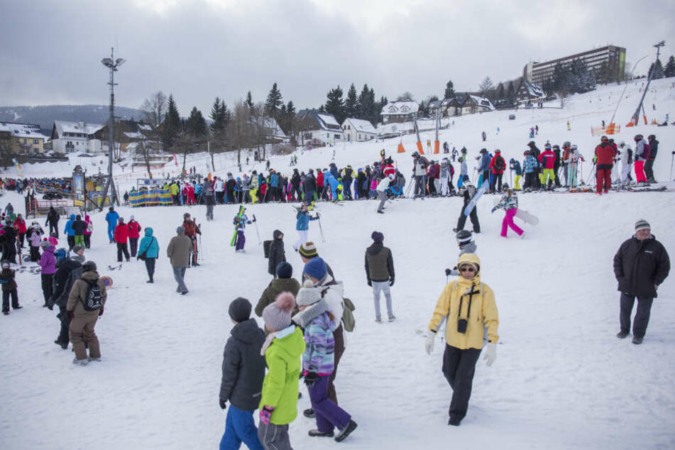 Hunderte Wintersportbegeisterte stürmen die Pisten.